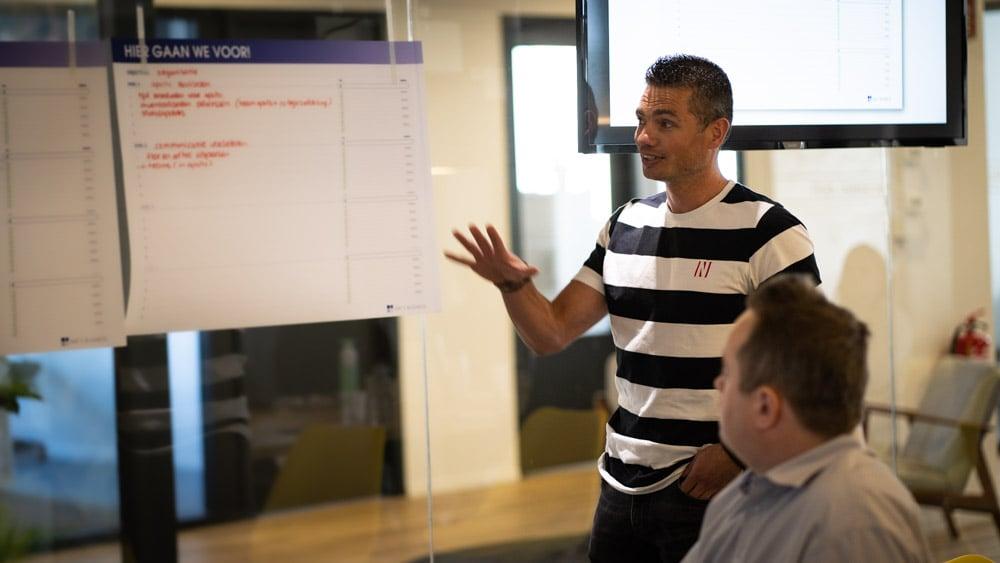 Joey tijdens een meeting